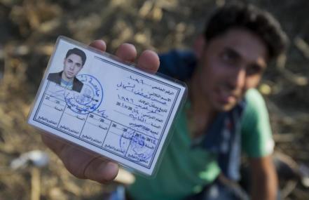 Hussain abgemagert und erschöpft © AP Photo/Darko Bandic http://news.yahoo.com/look-migrants-carrying-them-europe-175047662.html
