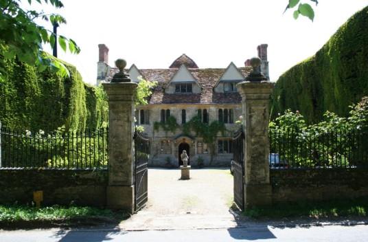 Garsington Manor - das Heim von Lady Ottoline Morell - ist von jahrhundertealten Eibenhecken eingerahmt