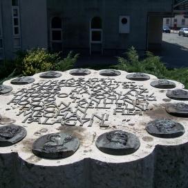 13 + 2 Reliefplatten aug massiver Stele